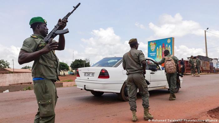 A Kati, des soldats contrôlent des véhicules le jour du putsch: 18 août 2020