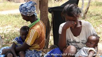 Две африканские женщины сидят в ожидании медицинской помощи