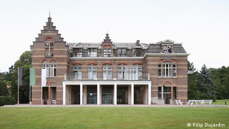 Το βελγικό ψυχιατρικό νοσοκομείο PC Caritas Melle υπέστη μεγάλες φθορές με τα χρόνια. Χτίστηκε το 1908 και ανακαινίστηκε πλήρως. Οι αρχιτέκτονες De Vylder Vinck Taillieu άφησαν το ιστορικό κτήριο μόνο με τους τοίχους και το νέο εσωτερικό είναι κατασκευασμένο από χάλυβα, γυαλί και σκυρόδεμα.