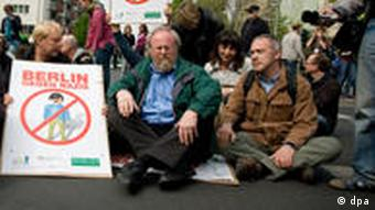 Bundestagsvizepräsident Wolfgang Thierse (M.) und andere Demonstranten bei einer Sitzblockade gegen Neonazis im Mai 2010 (Foto:dpa)