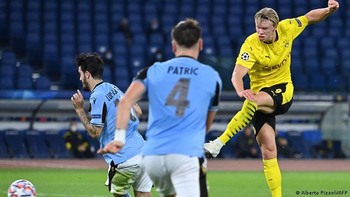 هالاند لاعب دورتموند يسدد في مواجهة لاتسيو الإيطالي بدوري الأبطال (أكتوبر/ تشرين الأول 202)