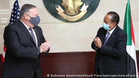 Sudan Khartum US-Außenminister Pompeo und Abdalla Hamdok (Sudanese Government/Saudi Press Agency/picture-alliance)