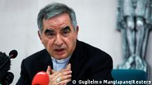 25.9.2020, Rom, Italien, Cardinal Giovanni Angelo Becciu, who has been caught up in a real estate scandal, speaks to the media a day after he resigned suddenly and gave up his right to take part in an eventual conclave to elect a pope, near the Vatican, in Rome, Italy, September 25, 2020. REUTERS/Guglielmo Mangiapane