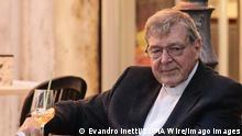 Vatikan Der Kardinal George Pelll in einer Bar