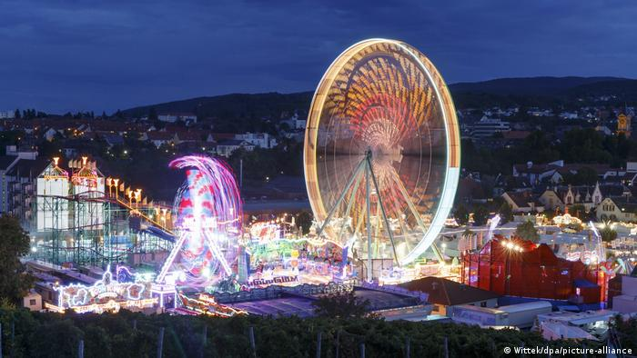 Germany Bad Dürkheim | Atmosphere | Evening view of the opening of the Sausage market t (Wittek/dpa/picture-alliance)