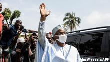 Guinea Der Oppositionsführer Cellou Dalein Diallo winkt seinen Anhängern zu