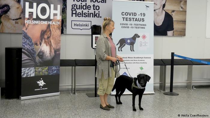 Finnland Coronavirus Spürhunde am Flughafen Helsinki (Attila Cser/Reuters)