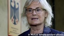 09.10.2020, Berlin: Christine Lambrecht (SPD), Bundesministerin für Justiz, gibt eine Erklärung vor einer Videokonferenz der EU-Justizminister ab. Der Kampf gegen Antisemitismus werde auch ein Schwerpunkt der Videokonferenz der EU-Justizminister an diesem Freitag sein, kündigte Lambrecht an. Foto: Michael Sohn/POOL AP/dpa   Verwendung weltweit