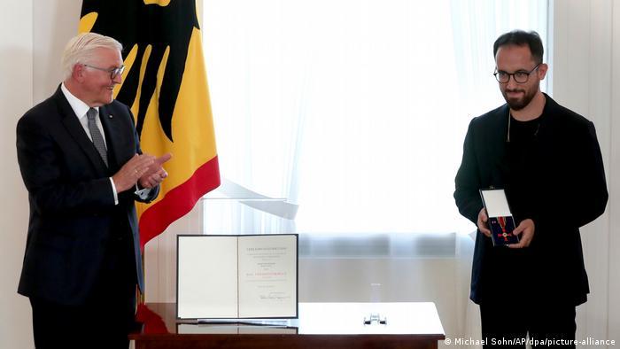 Берлин, 1 октября 2020. Президент ФРГ Франк-Вальтер Штайнмайер вручает Игорю Левиту высшую награду Германии для гражданских лиц