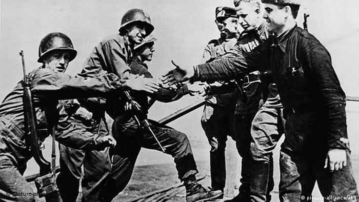 Flash-Galerie Ende 2. Weltkrieg Treffen der Alliierten in Torgau (picture-alliance/akg)