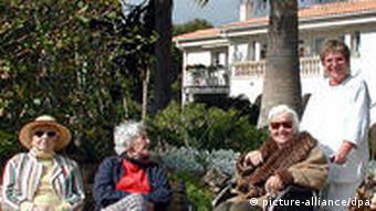 Drei Seniorinnen vor einer Seniorenresidenz auf Mallorca