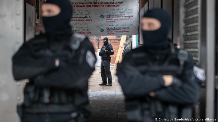 Полицейский парный патруль в балаклавах в Берлине