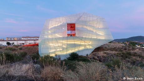 Λες και ένα λεπτό μπαλόνι πέταξε από το διάστημα και προσγειώθηκε στην τραχιά Εστρεμαδούρα της δυτικής Ισπανίας - έτσι φαίνεται η νέα κατασκευή αυτού του συνεδριακού κέντρου. Σχεδιάστηκε από το αρχιτεκτονικό γραφείο SelgasCano από τη Μαδρίτη. Βρίσκεται λίγο πριν από τα πορτογαλικά σύνορα. Μια μεγάλη επιτυχία και ως εκ τούτου μεταξύ των φιναλίστ του βραβείου Mies Award 2019.