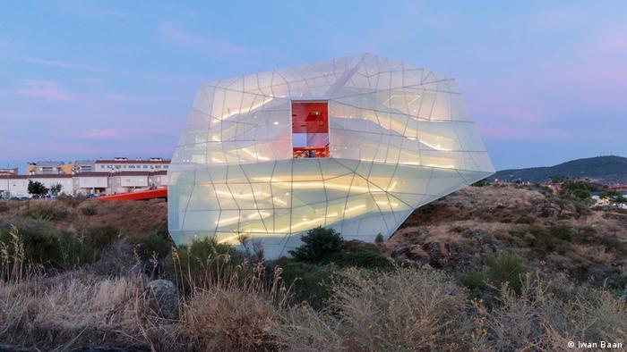 Weißes Zeltgebäude liegt in der Landschaft - Mies van der Rohe Award 2019 (Iwan Baan)
