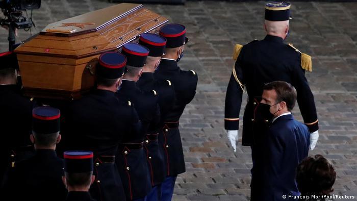 Fransa Cumhurbaşkanı Macron'un öldürülen öğretmenin cenazesinden bir görüntüsü