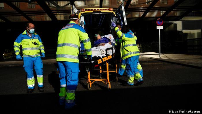 Socorristas colocam paciente em ambulância