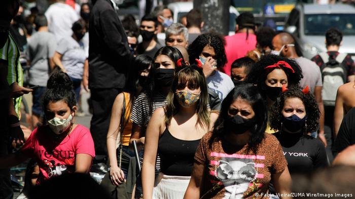 Pedestres com máscara em São Paulo