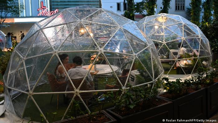 """Ovako izgleda kada se ovih dana ode u restoran """"Capitol Outdoor Plaza"""" u Singapuru. Korona-virus tu nema šanse - jedino je možda problem konobar..."""
