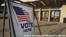 USA Iowa | Vote Here Schild an Wahllokal (Jerry Mennenga/ZUMA/picture-alliance)