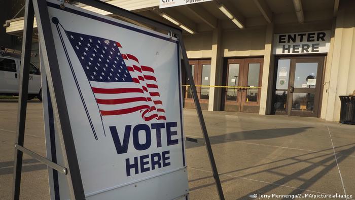 USA Iowa | Vote Here Schild an Wahllokal