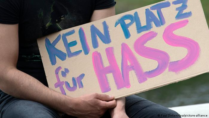 A painted sign that says in German 'No place for Hate'