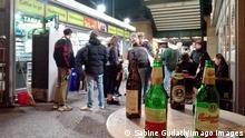 Berlin | Junge leute feiern ausgelassen (Sabine Gudath/Imago Images)