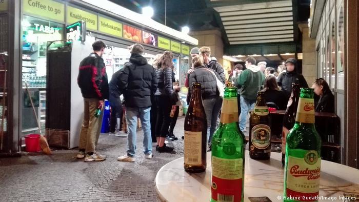 Berlin   Junge leute feiern ausgelassen