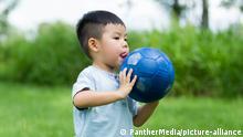 China Fußball | Kind spielt Fußball im Freien