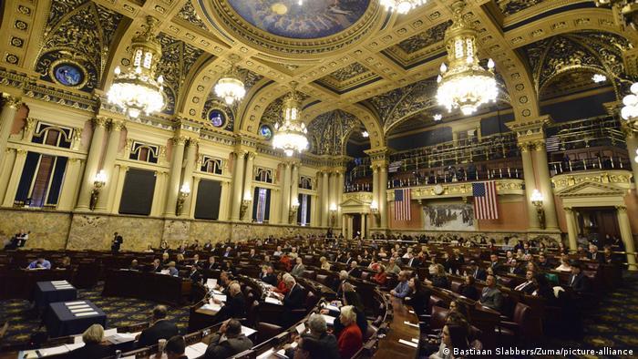 Salão com membros do Colégio Eleitoral na Pensilvânia