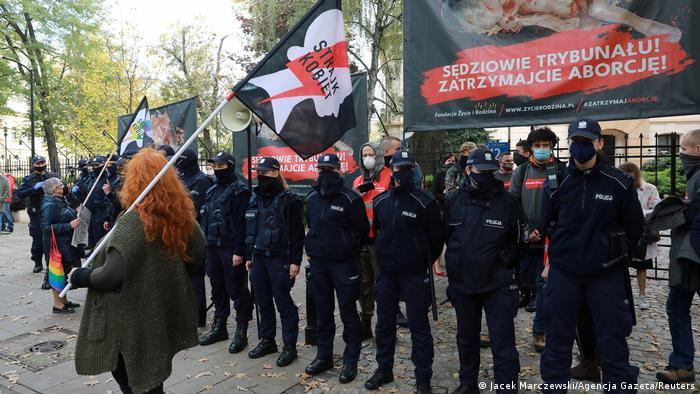 За протестувальниками пильнує поліція