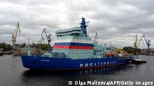 22.9.2020, St. Petersburg, Rusland, Russia's nuclear-powered icebreaker Arktika leaves the port of Saint Petersburg on September 22, 2020 for its maiden voyage to its future home port of Murmansk in northwestern Russia where it is expected in two weeks after undergoing tests of its performance en route. - Designed to transport liquefied natural gas from the Arctic, the 173 metres (570 feet) long and 15 metres high giant vessel is touted as the most powerful of its kind and a symbol of Moscow's Arctic ambitions. (Photo by OLGA MALTSEVA / AFP) (Photo by OLGA MALTSEVA/AFP via Getty Images)