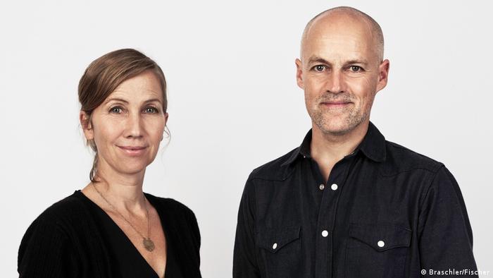 Mathias Braschler und Monika Fischer, sie in schwarzem Pulli, er im schwarzen Hemd, lächeln den Betrachter an (Foto: Braschler/Fischer).