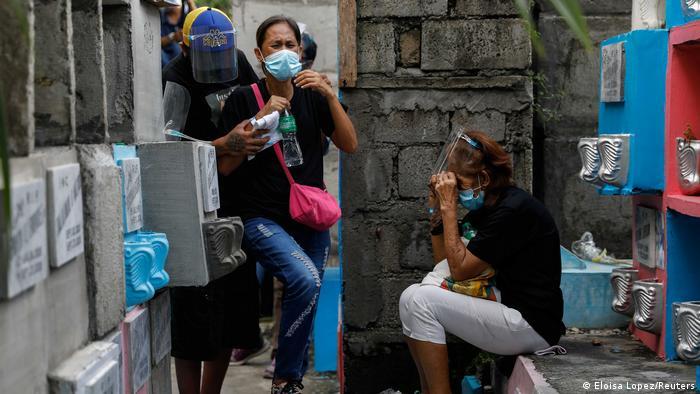 Philippinen Beerdigung eines 3 Monate alten Babies, das getrennt von seiner inhafteirten Mutter starb (Eloisa Lopez/Reuters)