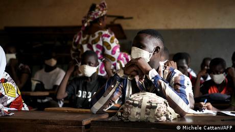 Mali Schüler im Klassenzimmer mit Atemschutzmaske