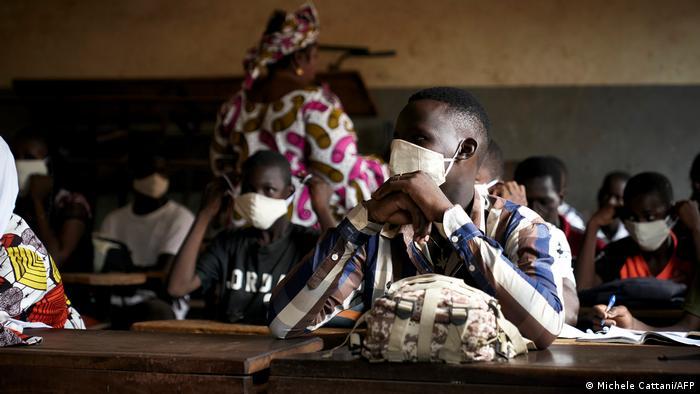 Des élèves maliens en salle de classe, munis de leur masque de protection (Archives - Bamako, 02.06.2020)