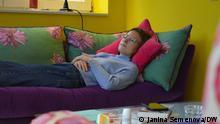 Валері Ґізен, що перехворіла на COVID-19, відпочиває на дивані через втому, яку вона відчуває навіть через півроку після формального одужання
