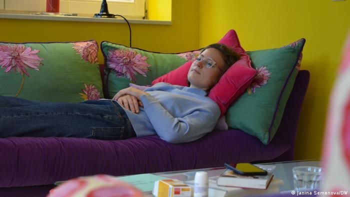 Pessoa deitada em sofá
