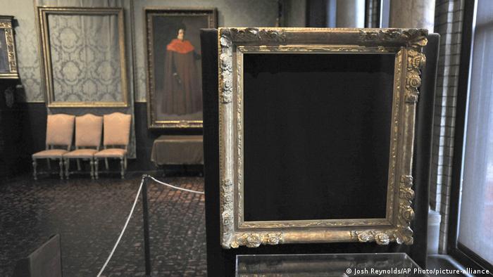 در سال ۱۹۹۰ دو سارق با لباس مبدل ماموران پلیس وارد موزه ایزابلا استوارد گاردنر شهر بوستون آمریکا شدند و ۱۳ تابلو را با خود بردند. از آن زمان هیچ اثری از تابلوها و سارقان اسرارآمیز یافت نشده است و هنوز هم قابهای خالی در موزه آویزان هستند.
