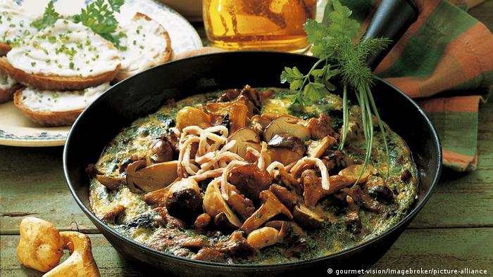 هر سال در فصل پائیز در جنگلهای آلمان میتوان عاشقان قارچ را دید که در حال جستجو هستند. آنها قارچهای خوراکی را میشناسند و میدانند در کدام نقطه جستجو کنند. در مناطق مختلف آلمان دستورالعملهای گوناگونی برای تهیه غذاهایی با قارچ وجود دارد.