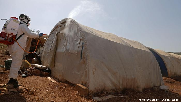 Syrien Corona l Desinfektion im Camp bei Idlib (Aaref Watad/AFP/Getty Images)