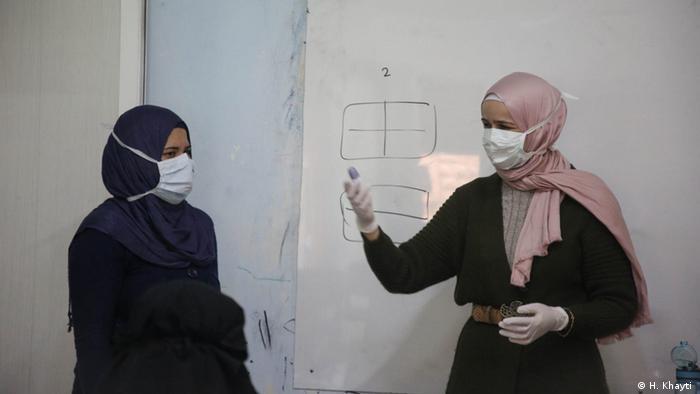 Syrien Huda Khayti im Frauenzentrum in Idlib Syrien