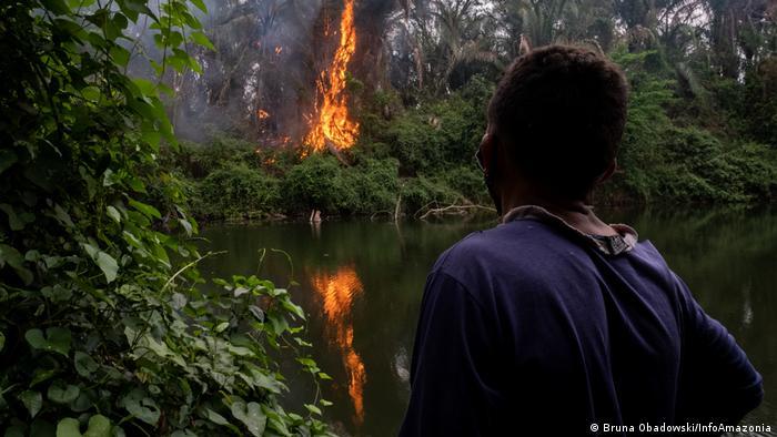 Quilombola morroquiano observa o fogo nas margens do Rio Jauquara, em 11 de outubro
