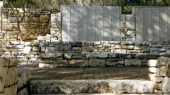 Мемориал с именами спасителей евреев в Яд Вашем