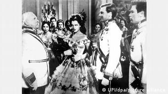 Karlheinz Baum und Romy Schneider erscheinen am königlichen Hof in einem Herrenhaus in Sissi.