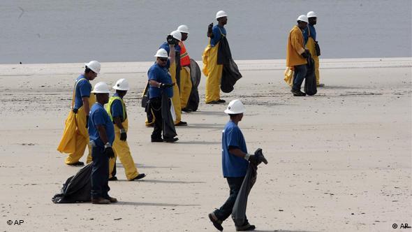 Freiwillige Helfer suchen Strände nach Ölspuren ab(Foto: AP)