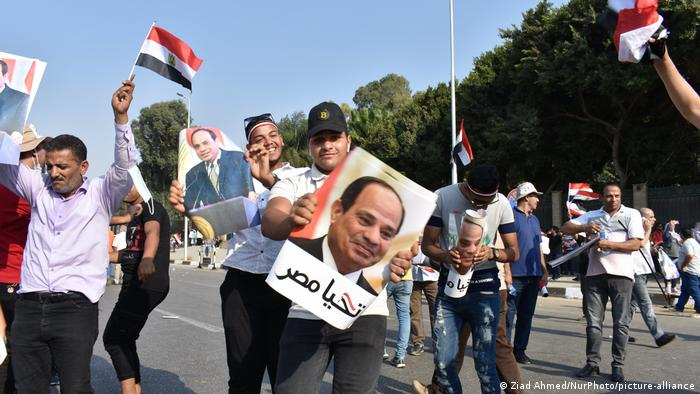 President Adbel Fattah el-Sisi supports wave flags and posters