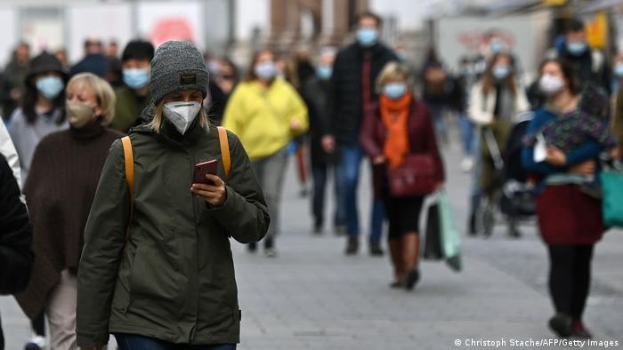 Люди в масках на улице в Мюнхене, 22 октября
