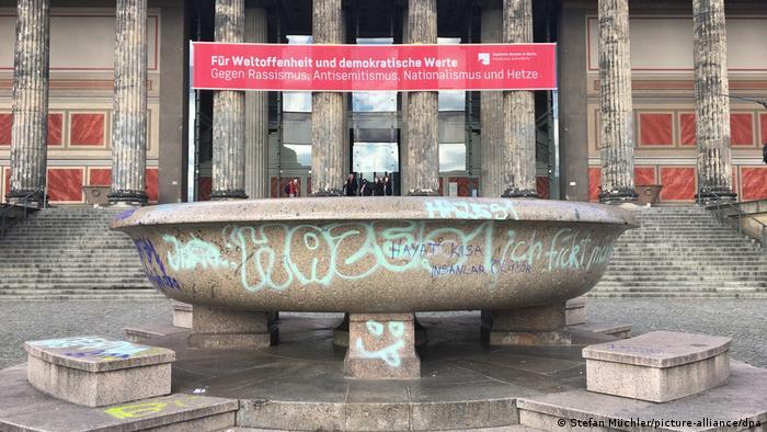 Granitschale mit verschiedenen farbigen Schriftzügen beschmiert (Foto: Stefan Müchler/picture-alliance/dpa).