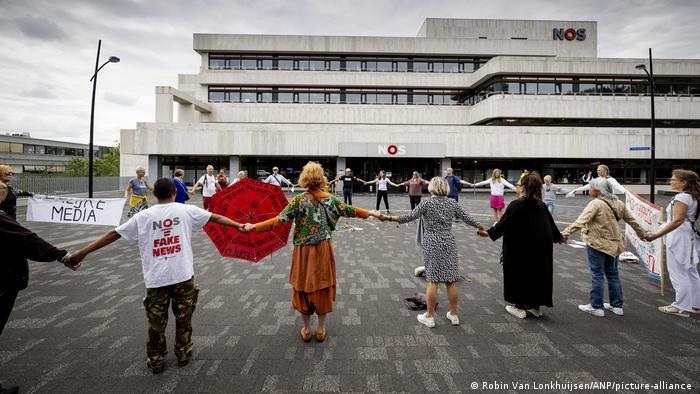 Aktivisti Virus Madness demonstriraju ispred NOS-a