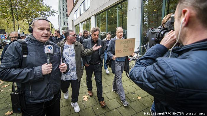 Novinarska ekipa u Rotterdamu izvještava o otmici reportera NOS-a Roberta Basa prošle godine.
